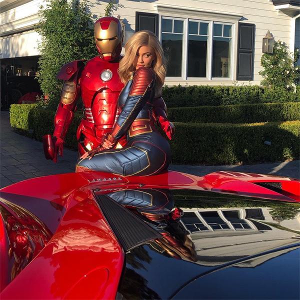 Kylie Jenner trở thành Đại úy Marvel nóng bỏng còn bạn trai cô khoác bộ đồ Iron Man.