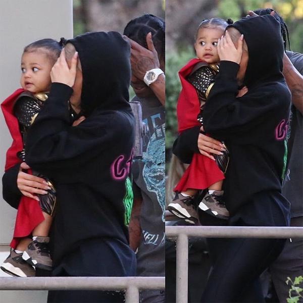 Con gái Stormi của Kylie và Travis khoác áo choàng thần sấm Thor.