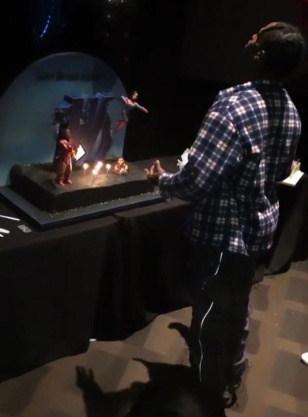 Tiệc sinh nhật Travis Scott được tổ chức tại rạp Cinepolis Luxury ở Thousand Oaks, California. Rapper được tặng bánh in hình Iron Man và Captain Marvel.
