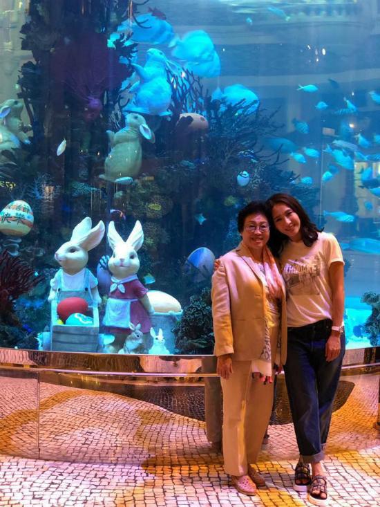 Lê Tư và mẹ. Lê Tư là diễn viên nổi tiếng Hong Kong, cô được yêu thích với Thâm cung nội chiến, Ỷ thiên đồ long ký, Lấy chồng giàu sang... Sau khi kết hôn, cô từ giã màn ảnh, tập trung kinh doanh. Hiện tại, vợ chồng cô có ba con gái.