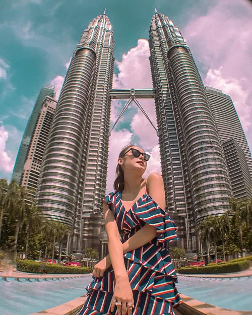 Cô gái e ấp bên 2 chàng lực sỹ Tháp đôi Petronas  tại Kuala Lumpur, Malaysia.