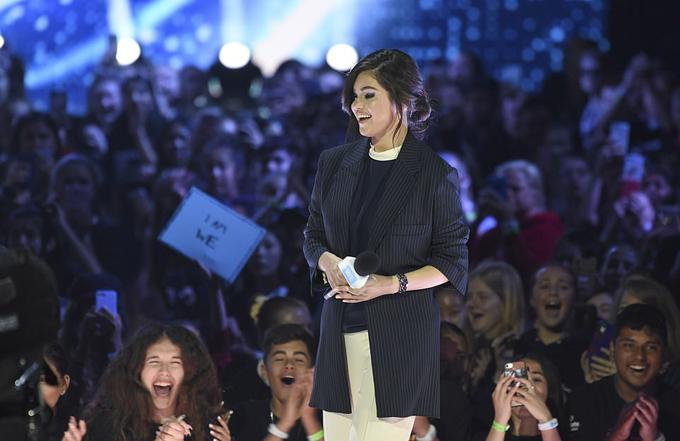 Selena thay bộ vest khi trò chuyện với các sinh viên tại California. Cô đã tham dự sự kiện We Day từ năm 2014.