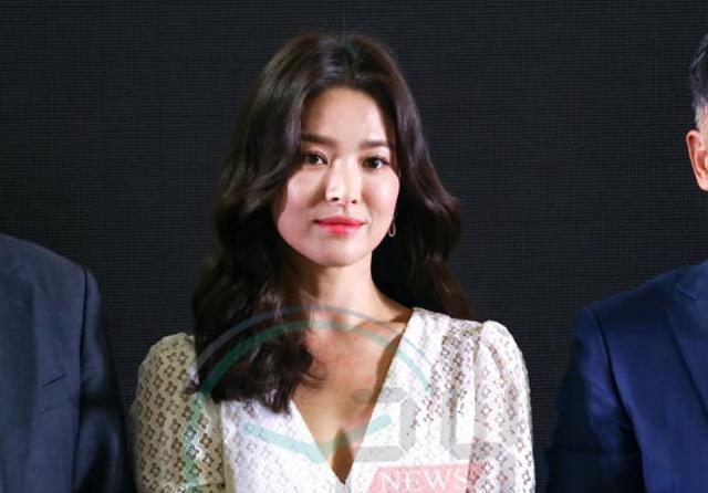 Song Hye Kyo khiến fan Thái ngơ ngẩn với khoảnh khắc hất tóc - 4