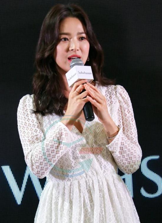 Song Hye Kyo tiếp tục không đeo nhẫn cưới. Truyền thông Hàn gần đây đã đặt câu hỏi liên quan đến sự khó hiểu này.