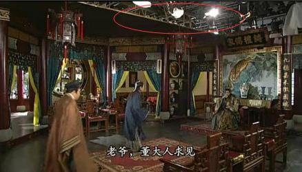 Phim cổ trang Tạo vương giả để lộ dàn đèn quay phim trên nóc trường quay.