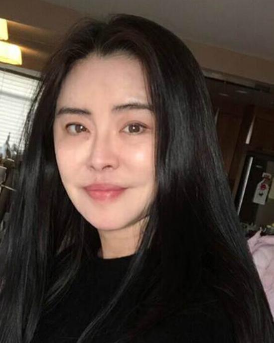 Hình ảnh gần đây nhất của Vương Tổ Hiền, nữ diễn viên thừa nhận cô đã già đi, thanh xuân đã đi qua. Dù vậy, cô sống giản dị, bình yên và dành trọn những tháng ngày xế chiều dưới bóng Phật.