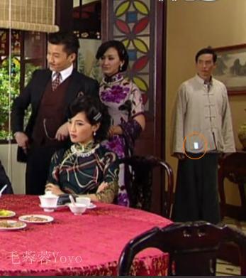 Trong bối cảnh thập niên 1940 của phim Thang trời, trong túi áo của Trần Hào xuất hiện một chiếc điện thoại di động đang bật sáng.
