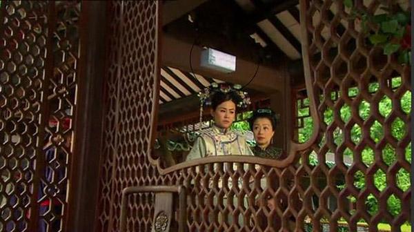Hành lang nơi nương nương Tuyên Huyên đi dạo trong phim Phượng hoàng chi vương được lắp đèn điện.