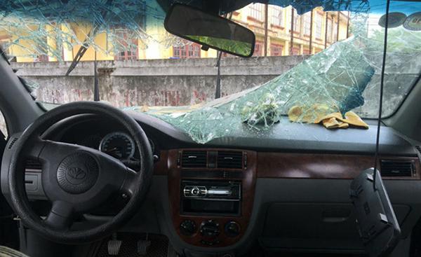 Kính chắn gió ôtô vỡ vụn.