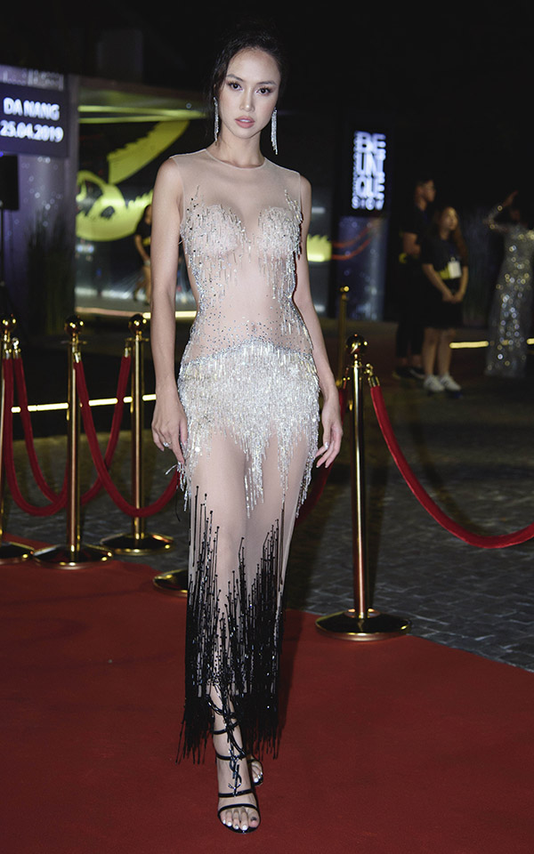 Vũ Ngọc Anh gây chú ý khi diện bộ váy xuyên thấu làm khách mời trong show thời trang, ca nhạc ở Đà Nẵng.