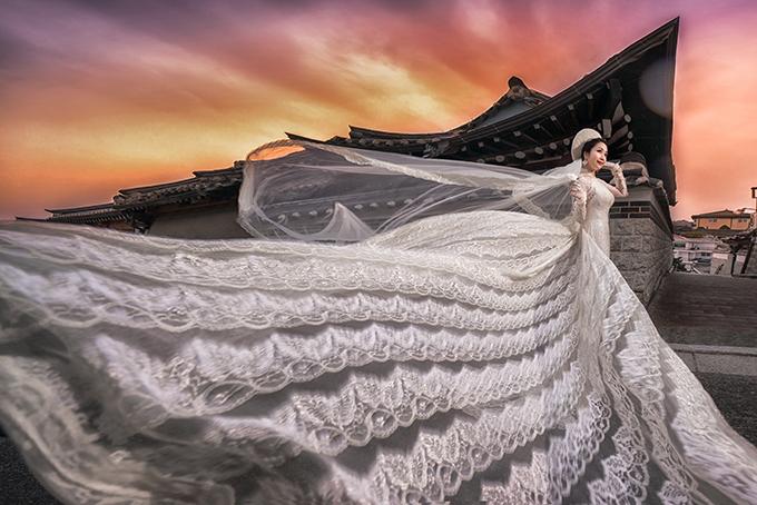 Ở bối cảnh này, Ốc Thanh Vân diện áo dài truyền thống để gợi nhắc về nguồn cội.