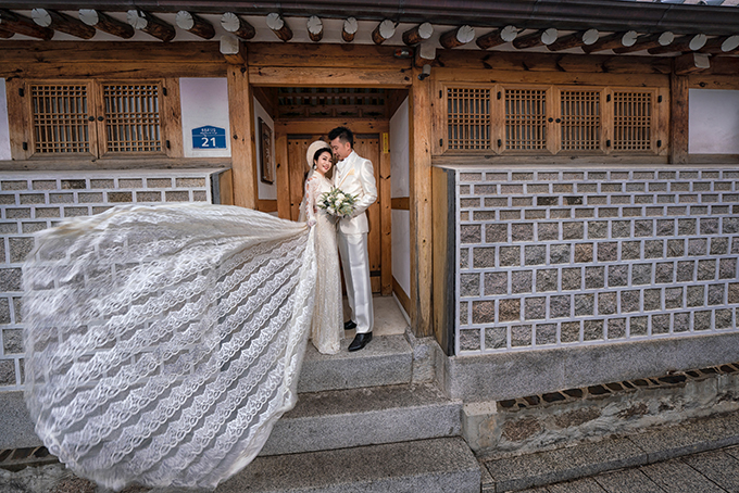 Cặp vợ chồng còn chụp hình ở làng cổ Buchon Hanok. Đây là bối cảnh được nhiều cặp chọn lựa khi chụp ảnh cưới ở Hàn Quốc.