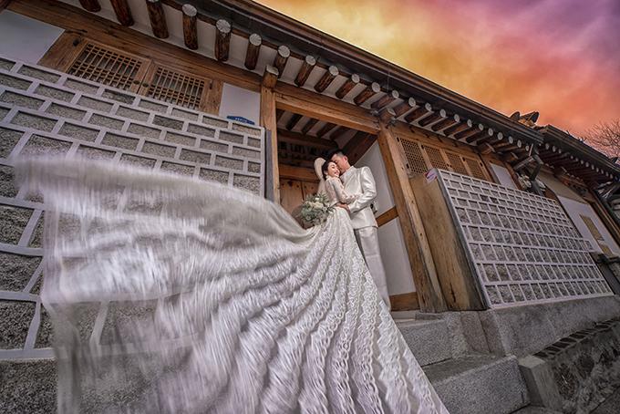Ngôi làng cổ mà uyên ương chụp hình nằm giữa cung điện Gyeongbok, cung điện Changdeok và miếu thờ Thần Jongmyo với nhiều con hẻm, ngôi nhà được bảo tồn nguyên vẹn.