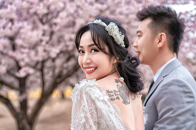 Ốc Thanh Vân tạo dáng khoe tấm lưng trần với hình xăm là tên 3 con của cô.