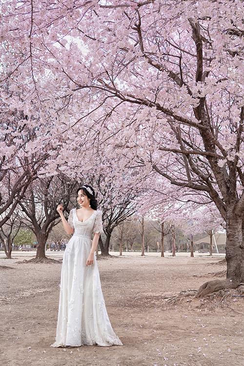 Người đẹp diện váy cưới đính ren mang dáng chữ A để dễ di chuyển khi chụp hình ở ngoài trời.
