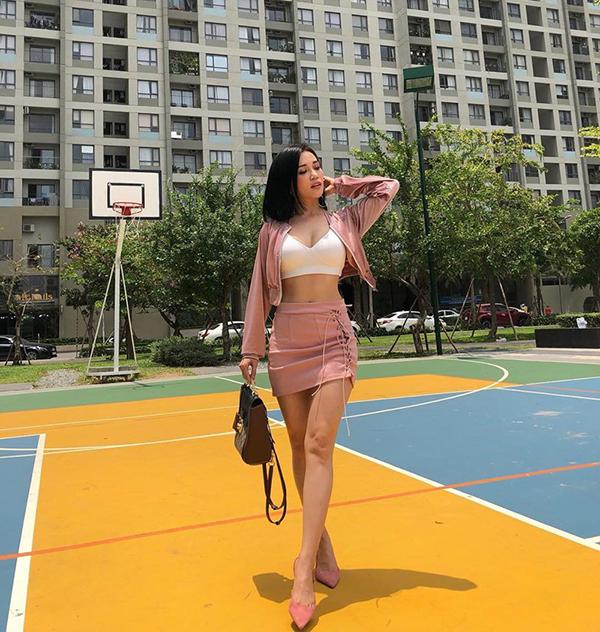 Lựa chọn của Sĩ Thanh sẽ phù hợp với những cô nàng yêu phong cách sexy và tự tin với hình thể nóng bỏng của mình. Áo crop-top được kết hợp cùng jacket và chân váy dây đan tiệp sắc màu.