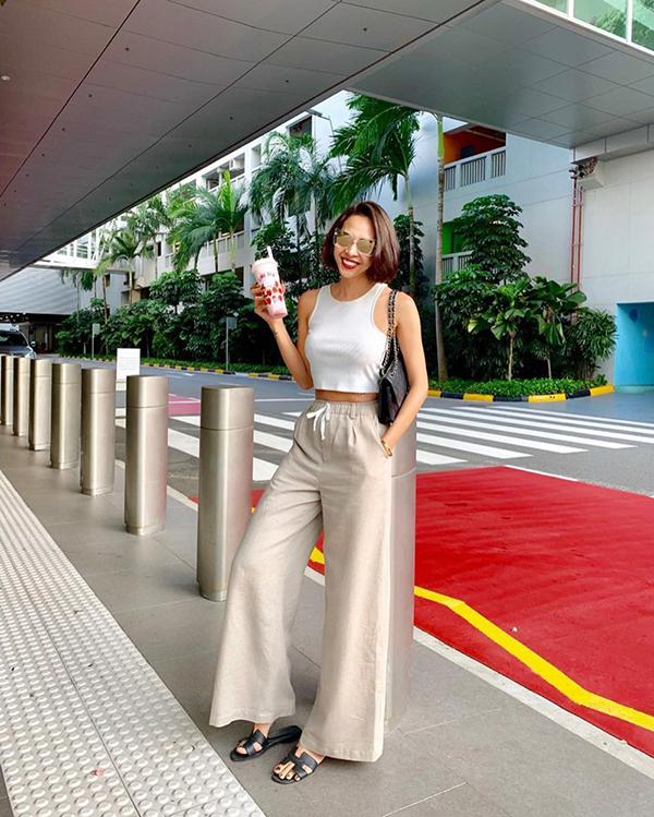 Nếu sở hữu chiều cao lý tưởng thì các nàng có thể tự tin diện mốt quần suông ống rộng cùng áo hở eo như Minh Triệu.