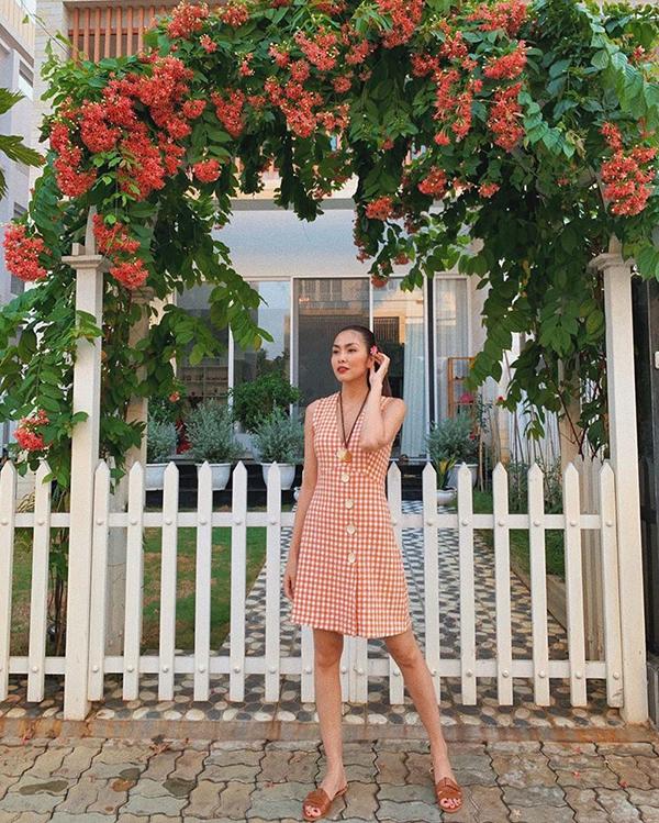 Sau khi lăng xê loạt váy suông, váy lụa không kén dáng, Tăng Thanh Hà tiếp tục giới thiệu các mẫu váy hoạ tiết ca rô trẻ trung. Váy liền thân, đính nút dáng ôm vừa phải và tiện lợi khi mix đồ dạo phố hoặc đi du lịch.