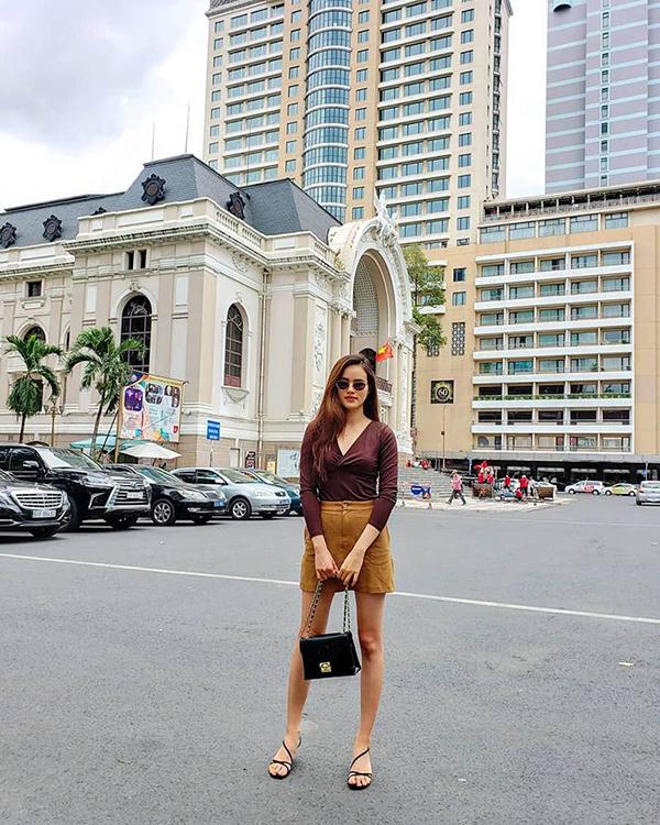 Tông nâu hợp mốt được Tuyết Lan phối hợp đơn giản cùng áo thun dài tay. Phụ kiện ton-sur-ton đen giúp người mẫu hoàn thiện set đồ khi tung tăng trên phố Sài Gòn.