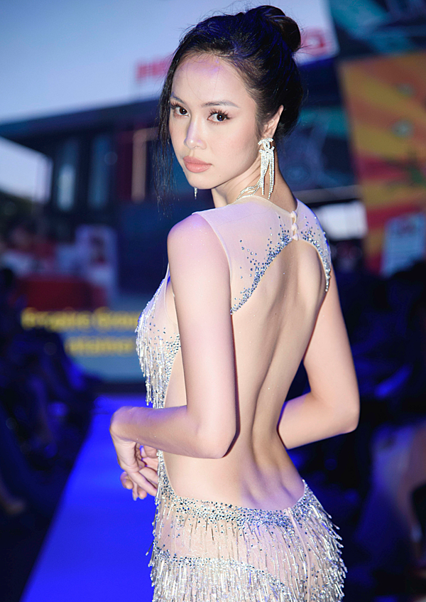 Từ khi gia nhập showbiz Việt, Vũ Ngọc Anh vẫn trung thành với phong cách sexy. Cô có rất nhiều bộ cánh thiết kế táo bạo, tôn triệt để ba vòng cơ thể.