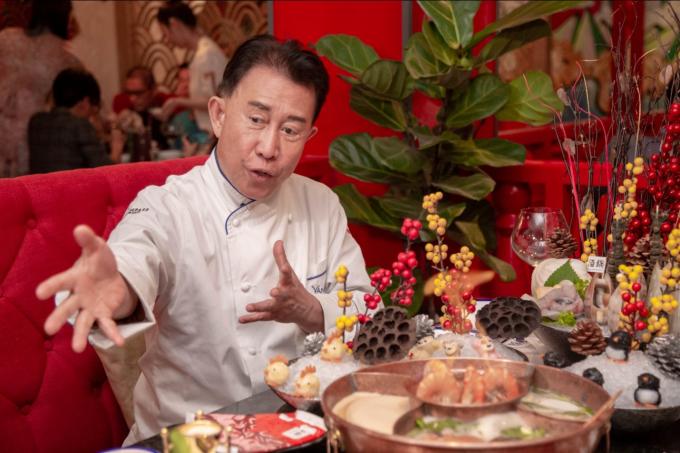 Mr. Yan cho biết làm đầu bếp hàng chục năm, đem tài nghệ phục vụ hàng triệu thực khách. Giờ đây, khi sang thăm Việt Nam, ông hào hứng được làm thực khách khi người bạn thân thiết chiêu đãi các món đặc sắc của nhà hàng.