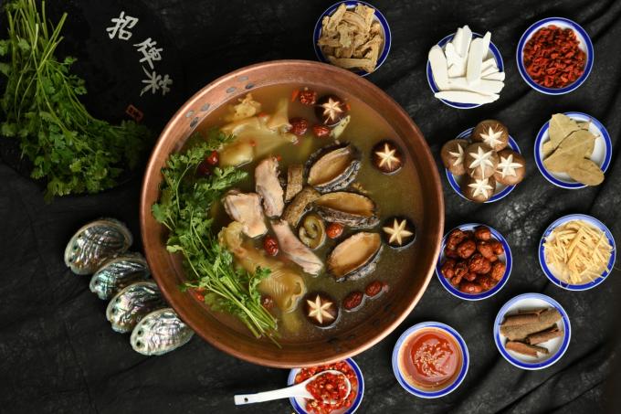 Súp vi cá và lẩu bong bóng cá vẫn sử dụng những nguyên liệu tươi sống, giàu dưỡng chất và được chế biến ngay tại chỗ. Cả hai món ăn này đều mang tinh hoa của nền ẩm thực Hong Kong. Ngoài bổ dưỡng cho sức khỏe, hai món mới còn phù hợp để thực khách dùng trong thời tiết nóng bức ở Sài Gòn.