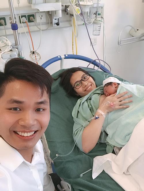 Ông xã đồng hành cùng chị Dịu trong hành trình vượt cạn. Em bé chào đời được da tiếp da với mẹ ngay.