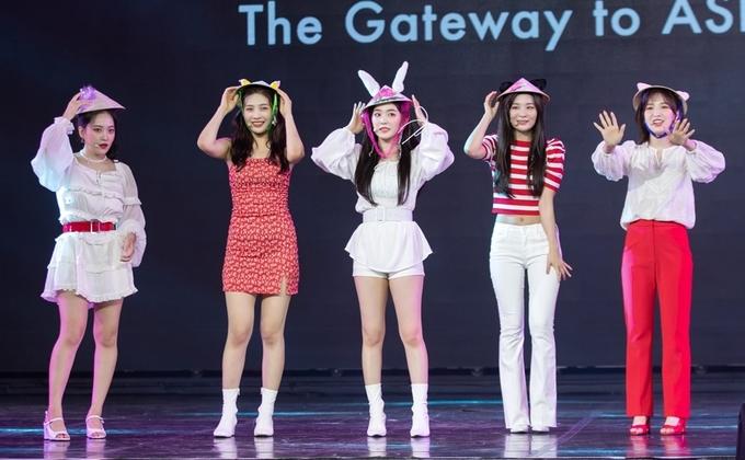 Sao Hàn đội nón lá biểu diễn ở Việt Nam