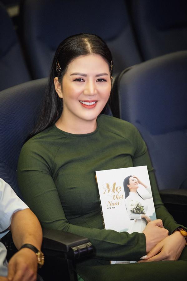 NSND Thanh Hoa khen ngợi ca sĩ Đinh Hiền Anh hát ngày càng tiến bộ