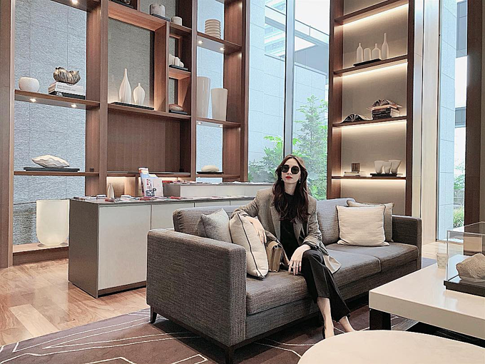 Hoa hậu Đặng Thu Thảo tiết lộ về cuộc sống bận rộn của người mẹ có con nhỏ: Đúng 1 phút tạo dáng xong quay qua tiếp tục chăm chị Phi.