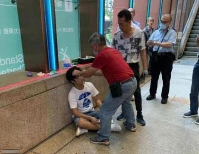Người đàn ông bị thương khi tiết lộ kết thúc của bộ phim Avengers: Endgame với fan Marvel ở Hong Kong. Ảnh: LIHKG.