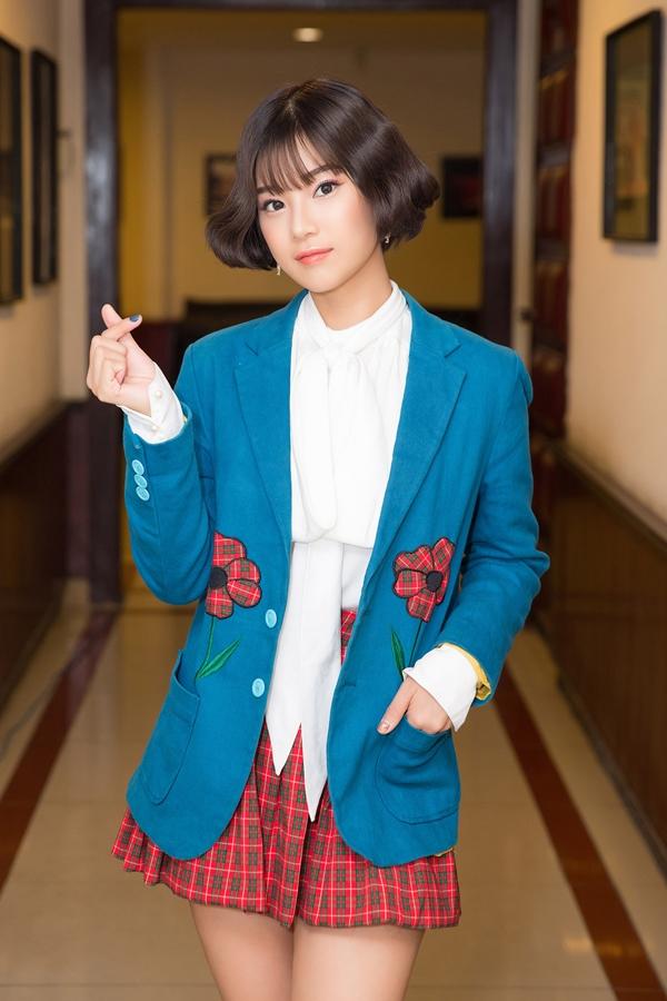 Biểu diễn trong một đêm nhạc hôm 26/4, Hoàng Yến Chibi gây bất ngờ với mái tóc cắt ngắn và uốn cụp trẻ trung. Váy ngắn caro cùng áo vest cách điệu càng làm nữ ca sĩ mang phong cách Hàn Quốc.