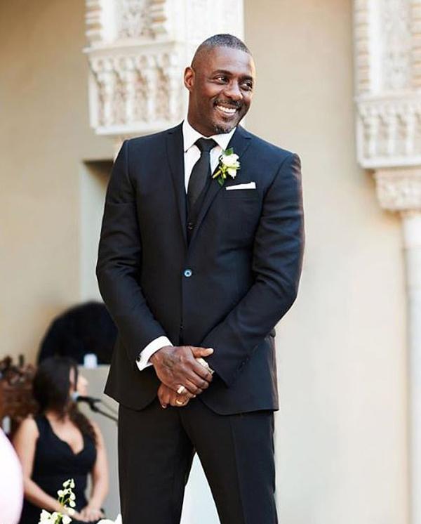 Nam diễn viên 46 tuổi lịch lãm trong bộ tuxedo. Đây là lần kết hôn thứ ba của Idris Elba.