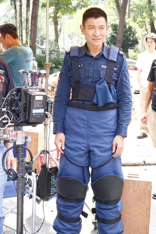 Hôm qua (26/4), Lưu Đức Hoa cùng đoàn phim Chuyên gia gỡ bom 2 ghi hình trên một đường phố ở Hong Kong. Dưới tiết trời hơn 30 độ mùa hè, thiên vương 58 tuổi mặc đồng phục dày và nặng của đội cảnh sát xử lý bom mìn.