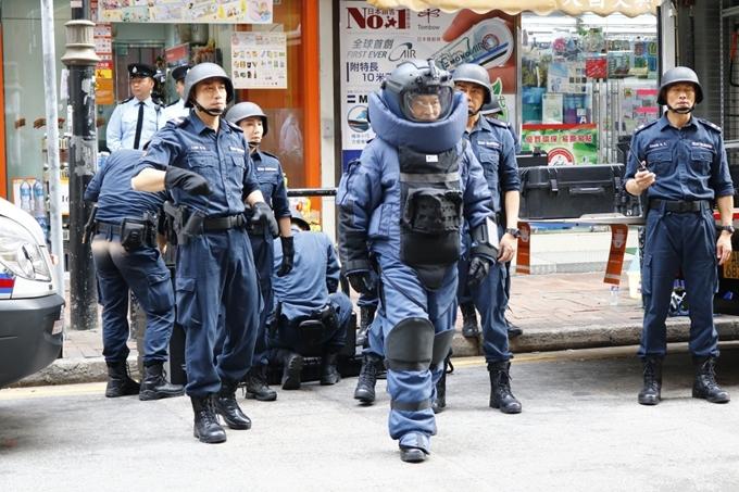 Chuyên gia gỡ bom từng ra mắt phần 1 ở Việt Nam vào năm 2017 với tên Sóng dữ. Kết phim, vai chính của Lưu Đức Hoa hy sinh trong một cuộc đối đầu phần tử khủng bố. Câu chuyện của phần 2 có thể riêng biệt hoặc là tiền truyện của phần đầu.