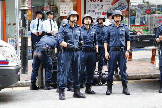 Hợp diễn với Lưu Đức Hoa có nhiều diễn viên nam vào vai đồng nghiệp trong đội chuyên gia gỡ bom, cảnh sát đi tuần cùng các xe cứu hộ, xe cảnh sát...