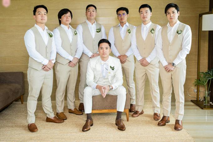 Dàn phù rể diện áo sơ mi trắng,suit và quần âu lịch lãm. Tất cả đều cài hoa để tạo điểm nhấn cho trang phục.