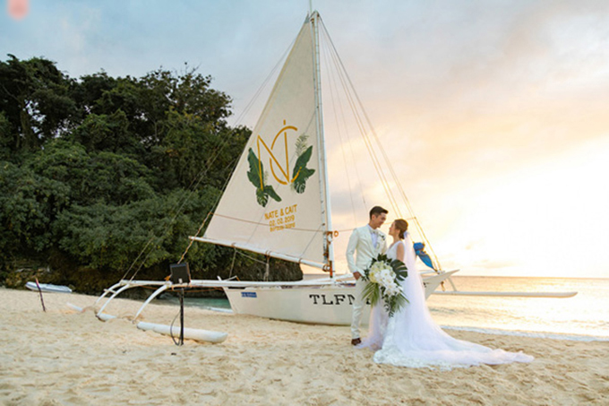 Trong dịp hỷ sự, uyên ương đều diện trang phục trắng tinh khôi. Cô dâu ưu tiên váy chữ A để đi lại thuận tiện trong không gian tiệc được dựng trên nền cát trắng.