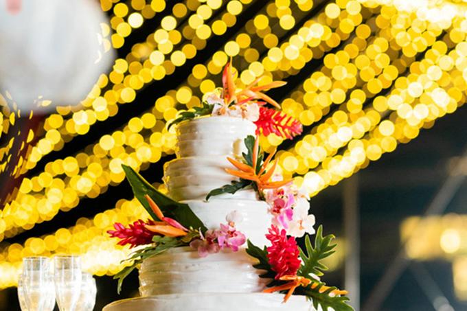 Bánh cưới được tạo hình bằng nĩa và tô điểm bởi các bông hoa thiên điểu làm từ kem tươi.