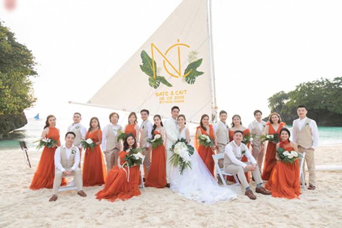 Uyên ương còn thuê một chiếc buồm nhỏ và đặt in phông bạt riêng với tên và ngày cưới của hai vợ chồng.