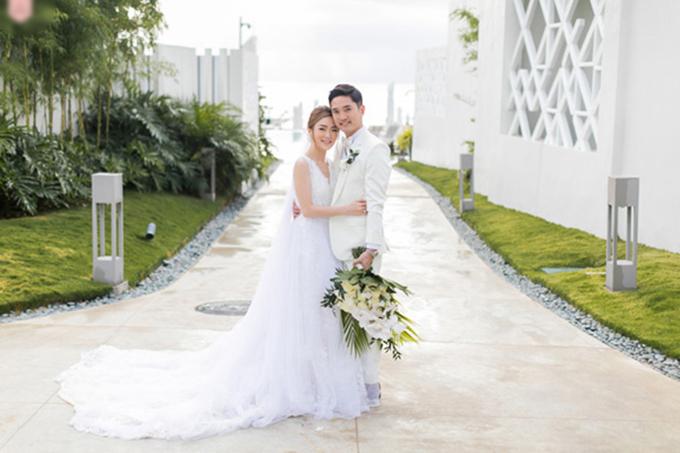Cô dâu Cait và chú rể Nate tổ chức đám cưới ở Boracay với bảng màu gắn liền với miền nhiệt đới gồm cam và xanh lá cây.