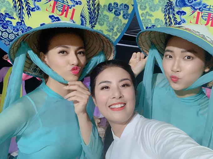 Hoa hậu Ngọc Hân, người mẫu Hồng Quế... nhí nhảnh pose hình trongđêm khai mạc Festival làng nghề ở Huế.