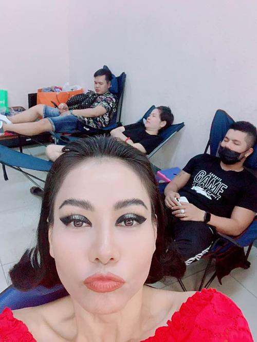 Thu Minh selfie dìm hàng ekip của mình khi mọi người đang nghỉ ngơi. Nữ ca sĩ hài hước: Quay 3 ngày không ngừng nghỉ, ngất hết nguyên đám còn chế vẫn tươi.