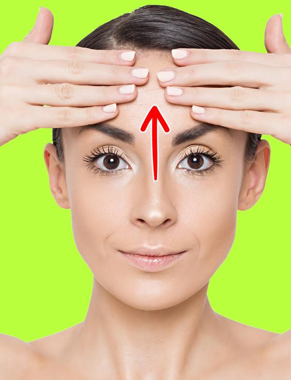 Dùng bốn ngón tay mỗi bên đặt lên giữa trán, vuốt ngược từ dưới lên trên 20 lần.