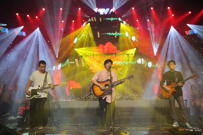 Ban nhạc Ngọt mở đầu sự kiện âm nhạc bằngca khúc được yêu cầu nhiều nhất trên fanpage VTV6: Em dạo này.