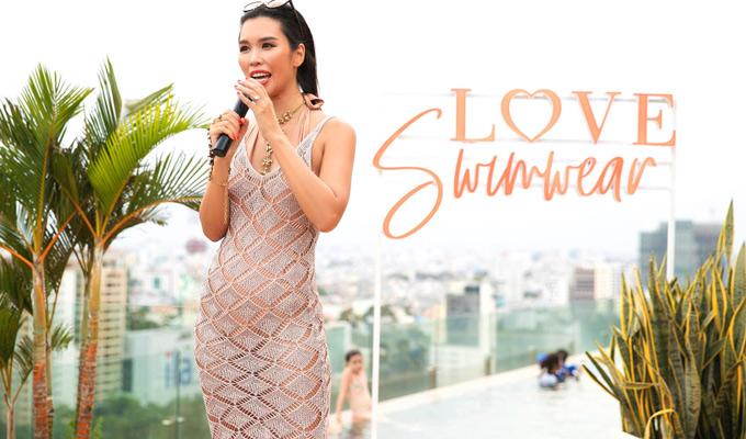 Siêu mẫu Hà Anh vừa tổ chức buổi livestream ra mắt bộ sưu tập áo tắm mang tên Love Swimwear bên hồ bơi.