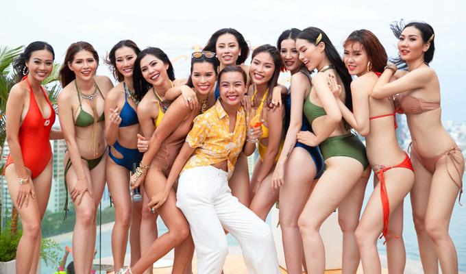 Cô đọ dáng cùng dàn người mẫu trong những bộ bikini nóng bỏng, mở màn cho bộ sưu tập áo hè này.