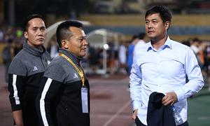 Hữu Thắng xuống sân động viên đội TP HCM sau trận thua Hà Nội