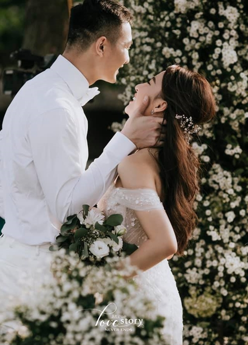 Nguyễn Văn Sơn và bạn gái trong hôn lễ.