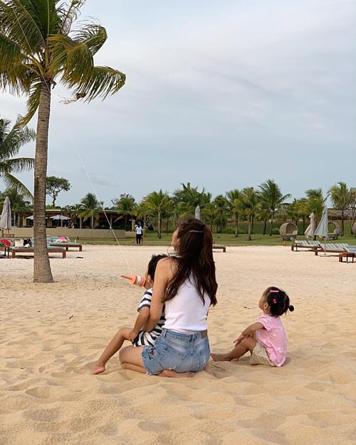 Khoảnh khắc bình yên của Tăng Thanh Hà bên hai con được ông xã Louis Nguyễnđăng tải. Gia đình cô đang có chuyến du lịch nghỉ dưỡng tại đảo ngọc Phú Quốc.